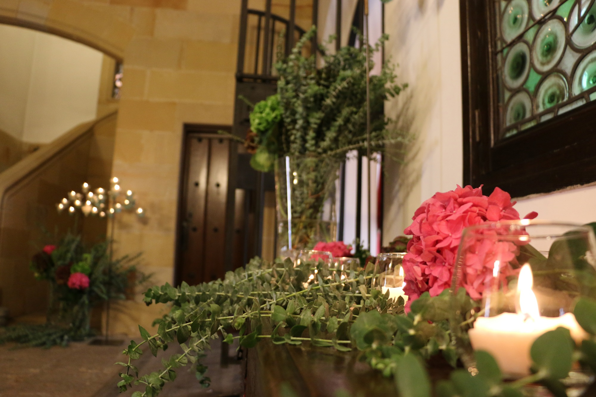 Candles and floral elements to receive the guests