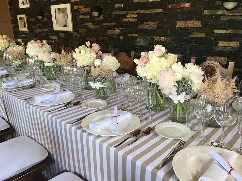 Mesa donde los asistente degustaron el exquisito catering servido por Echaurren
