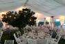 La carpa fue extendida en pleno jardin y bajo ella las mesas para el convite